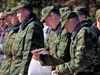 Солдаты геи спят в казарме