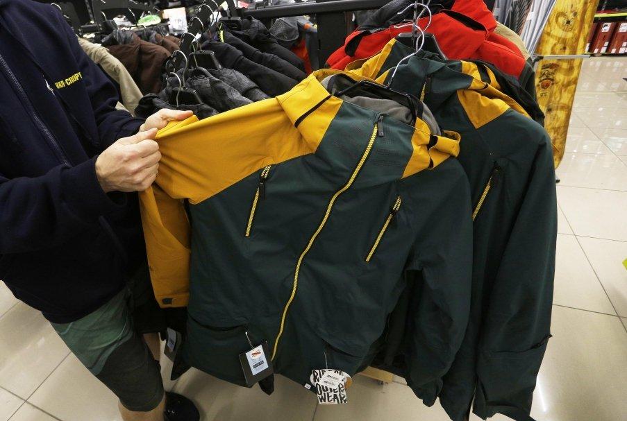 Основные моменты, на которые собеседник советует обратить внимание при  выборе ткани, — ее плотность, куртка не должна порваться при падении. abf00226e01