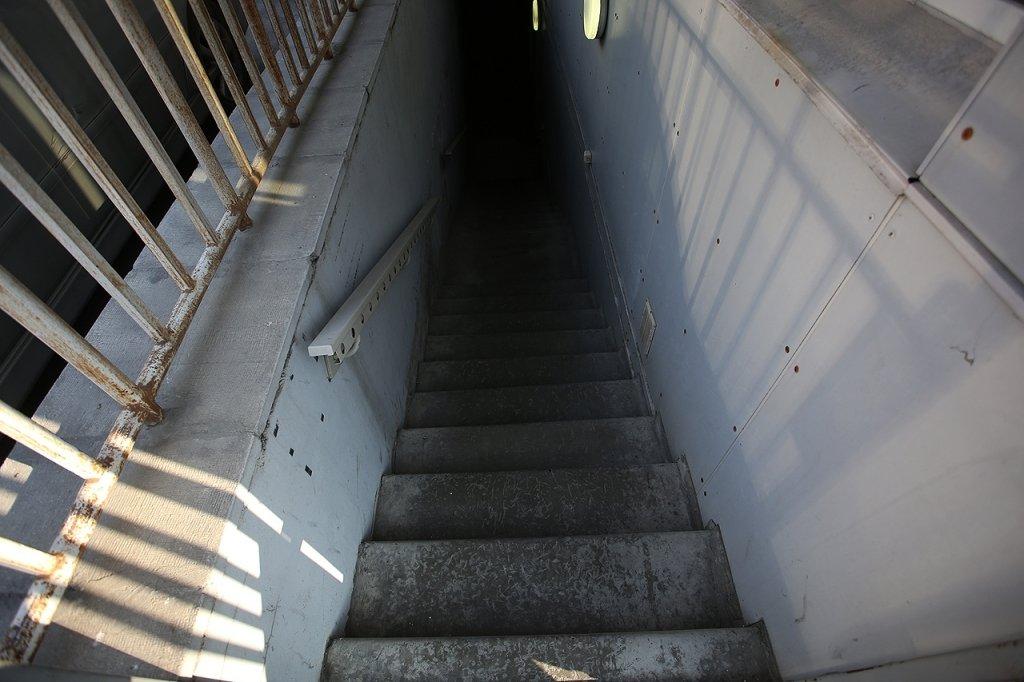 Самый колоритный из трех оказался ломбард в подвале офисного здания. Темная  лестница уводила в неизвестность. За металлической дверью находилась  комната, ... 0458e11594b