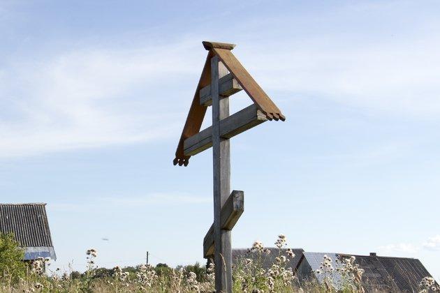 ВКузбассе вандал изненависти кправославию спилил Поклонный крест
