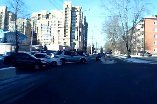 Обзор ДТП: вИркутске подозреваемый вкраже прокатил полицейского накапоте
