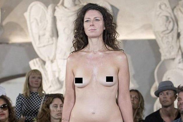 На подиуме голые видео киску девушкам