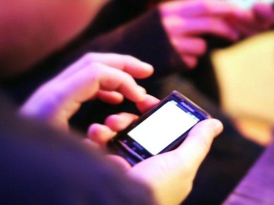 Девушка ослепла из-за непрерывной игры на смартфоне