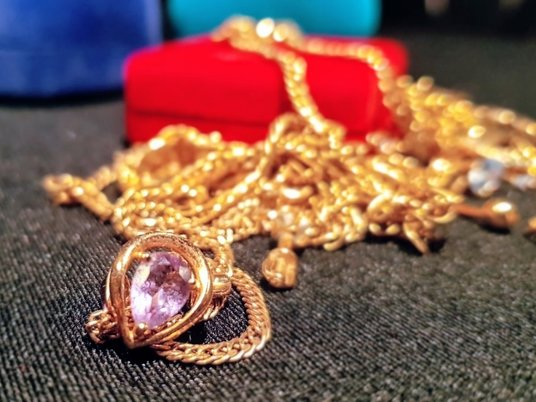 Алмазы или бижутерия: как выбрать украшение в подарок?