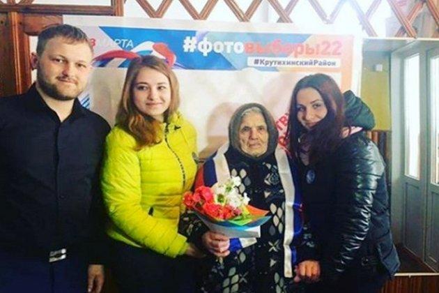 Приз за лучшее селфи на выборах получила 104-летняя жительница Алтая