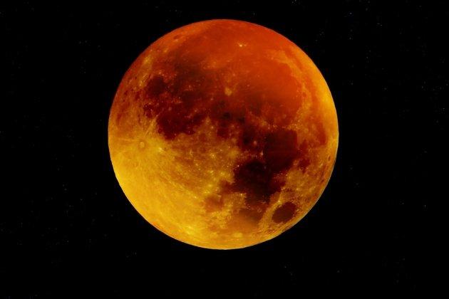 Астроному удалось запечатлеть облет Луны тремя НЛО
