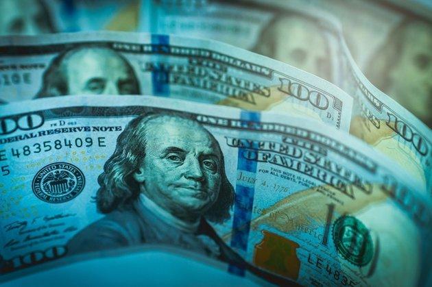 Доллар продолжает безумно падать наоткрытии последних нанеделе торгов