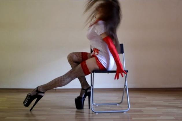 Стриптиз дома со стулом видео