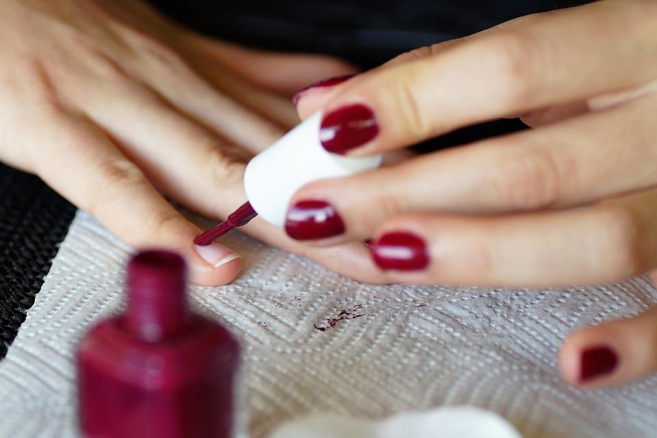 Врач попросил женщин с COVID-19 отказаться от лака для ногтей - Жизнь