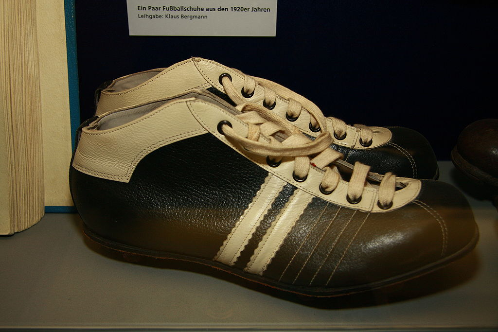 Старые футбольные бутсы без шипов