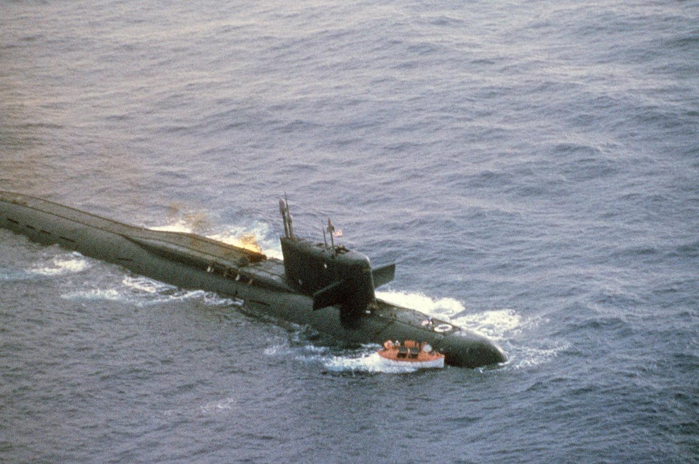 Терпящая бедствие в Атлантике советская атомная подводная лодка К-219