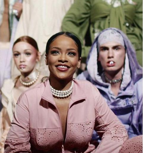 Коллекцию одежды от Рианны назвали королевской